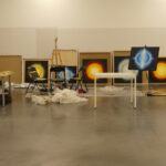 Pinturas en proceso en el taller del Centro Huarte